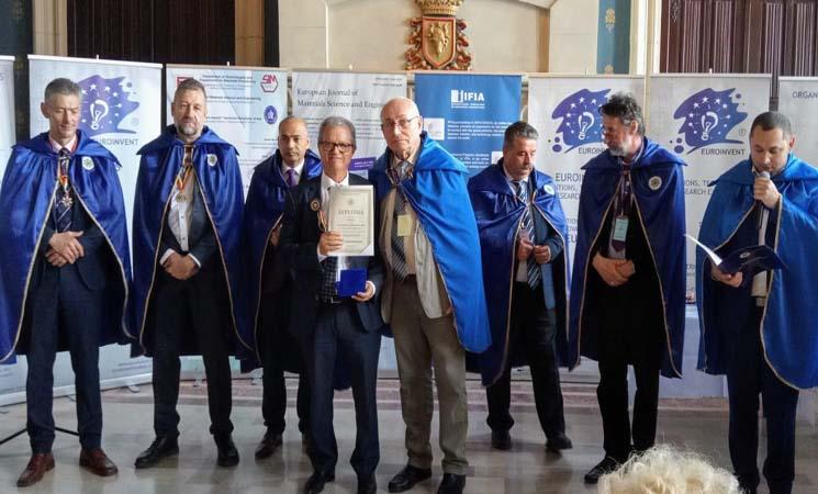 رومانيا توشح كمال الديساوي من درجة فارس بوسام عن مساهمته في تقدم العلوم والاختراعات -